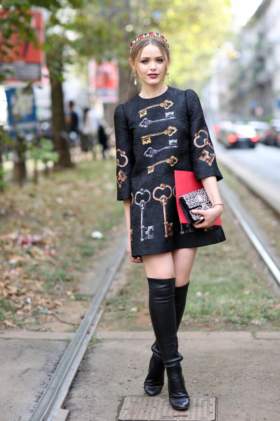 <strong>HÅRPYNT:</strong> Sveitsiske Kristina Bazans tilbehør kan minne veldig om det Dolce & Gabbana viste til SS15. Foto: REX/Silvia Olsen/All Over Press