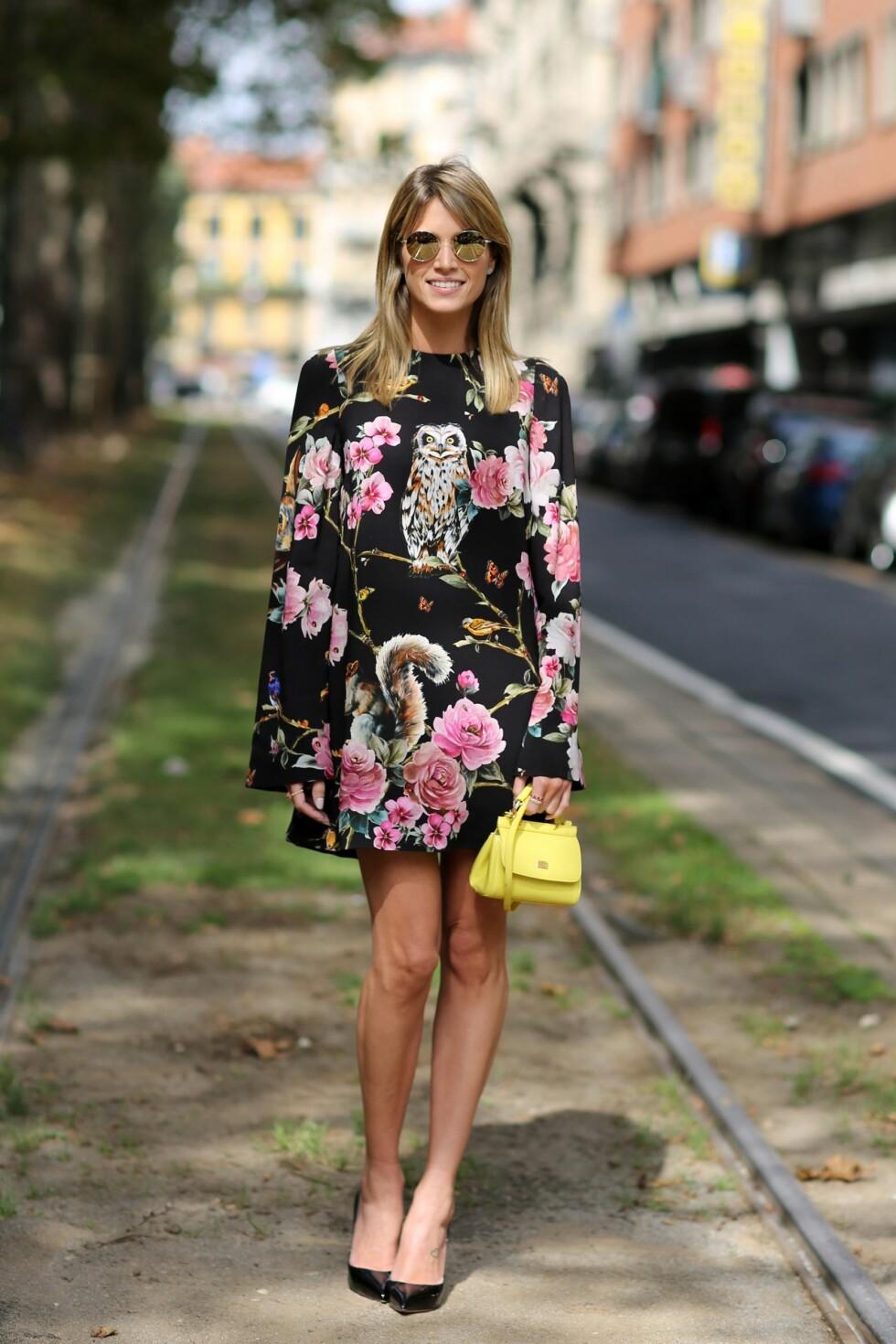<strong>BLOMSTRETE:</strong> Den brasilianske bloggeren Helena Bordon har valgt en kjole med et spennende print. Foto: REX/Silvia Olsen/All Over Press