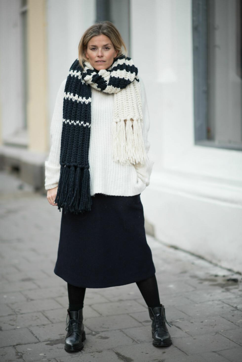 VINTERSTIL: Jankas antrekk er perfekt for kalde vinterdager - selv med skjørt!  Foto: Polliani.com