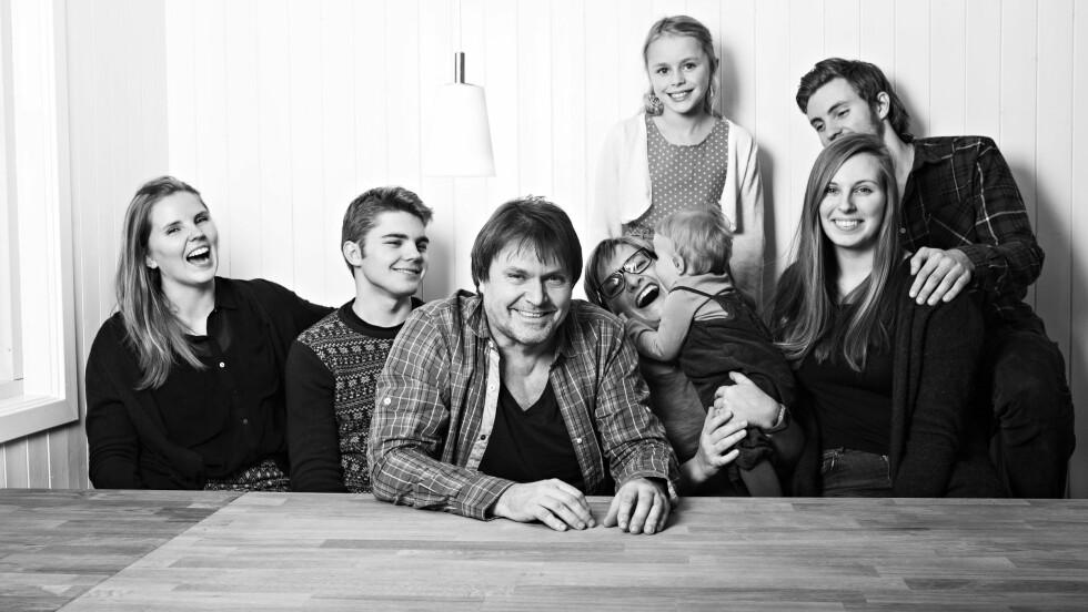 BARN FRA FØR: Erik Larsen har barn fra 1 til 27 år. Her er hele gjengen samlet i Elverum. Ved siden av ham er samboer Ingborg Stang, som er mamma til yngstemann Vilde.     Foto: Charlotte Wiig / All Over Press
