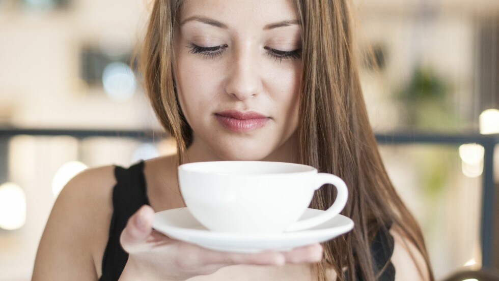 KAFFE LATTE: Enten du unner deg en kopp hver morgen eller kun på kafé med venninner, bare fortsett med det! Latten trenger nemlig ikke være så usunn som du kanskje tror. Foto: All Over Press
