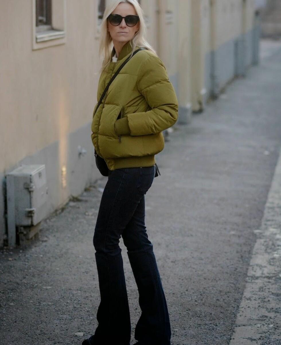 STYLEmag-redaktør Celine I. aagaard kombinerer oliventgrønt med en av sesongens heteste trender - slengbuksene!  Foto: Hippiehippiemilkshake.blogspot.no