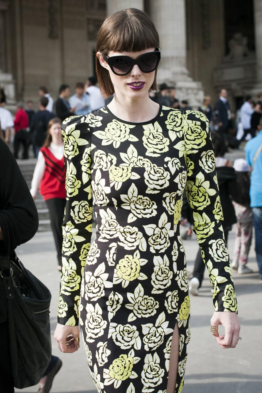 Supermodellen Coco Rocha byttet ut den lille svarte kjolen med en elegant blomstermønstret variant under moteuken i Paris.  Foto: All Over