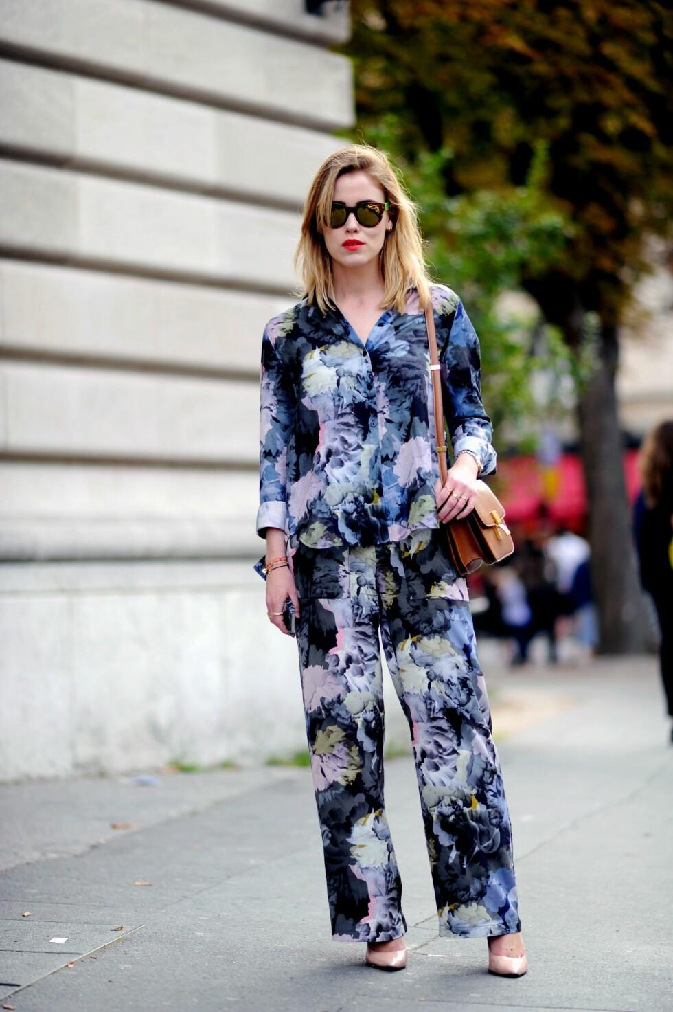 STYLEmag-blogger Annabel Rosendahl gikk for en drakt i pysj-stil med samme mønster på begge delene da hun var på moteuken i Paris.  Foto: All Over