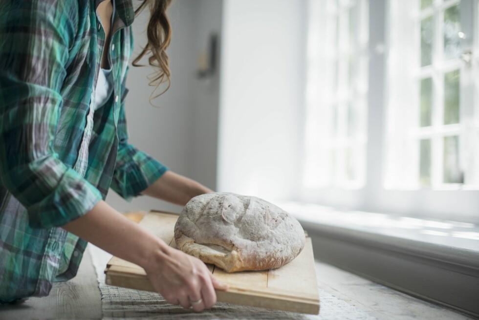 HJEMMEBAKT: Å bake sitt eget brød eller knekkebrød er en fin måte å regulere saltinntaket på. Særlig dersom du spiser mye brød. Foto: REX/Mint Images/All Over Press