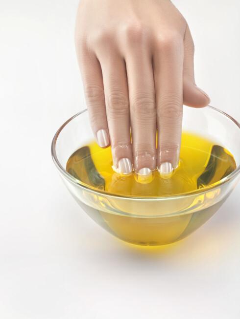 OLJE: Tørre og flisete negler kan kureres ved hjelp av olje - helst hver dag til neglene ser bedre ut. Foto: (c) Marc Vuillermoz/Onoky/Corbis/All Over Press