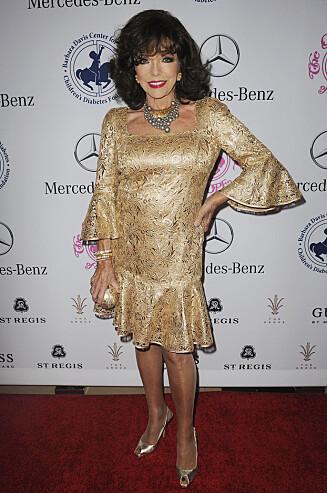 ELSKER VASELIN: Ja, Dynastiet-stjernen Joan Collins liker å smøre produktet på tørre steder som albuen og hælen. Foto: Splash News/ All Over Press