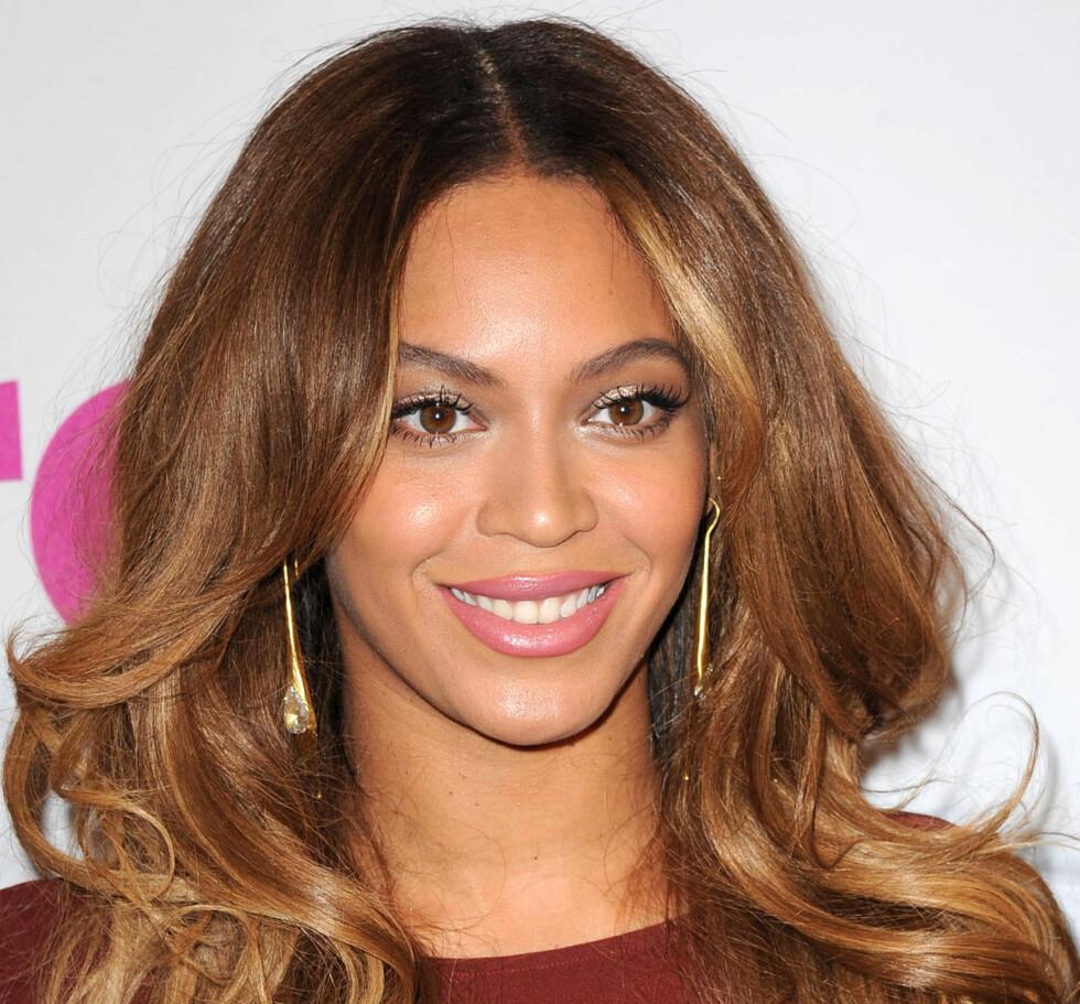 BRUKER VASELIN TIL TO TING: Beyonce smører det på tennene for å unngå søl fra leppestiften, og på øyevippene for å få dem til å bli lengre og fyldigere. Foto: Kristin Callahan/Everett Collect