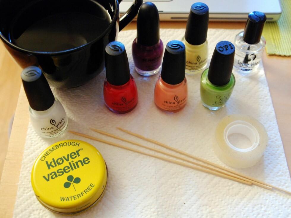 VANNMARMORERING: Vaselintrikset funker enten du skal lage en fancy manikyr eller bare helt enkelt lakke neglene med favorittfargen din Foto: Aina Kristiansen