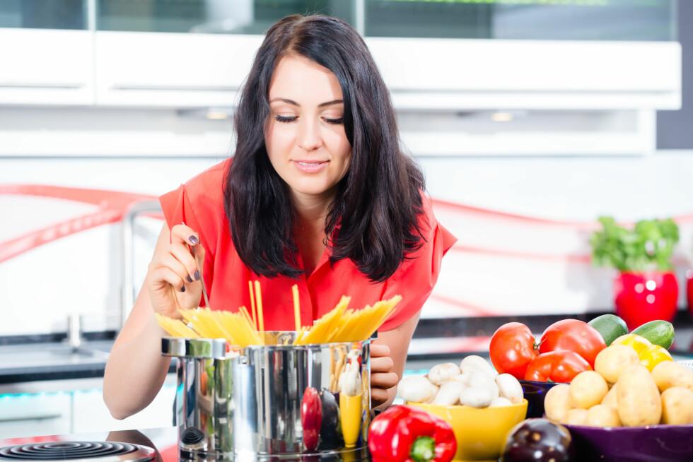 PLANLEGG MÅLTIDET: Dersom du er en av dem som alltid spiser mer enn du trenger kan det være en god idé å planlegge hvor mye du skal spise i forkant av måltidet.  Foto: Kzenon - Fotolia
