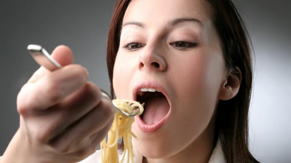 SPISE FOR MYE: Mange synes det er vanskelig å begrense matinntaket. Og særlig middag er det måltidet der vi oftest overspiser. Sjekk hvordan du kan unngå dette i saken nedenfor! Foto: olly - Fotolia