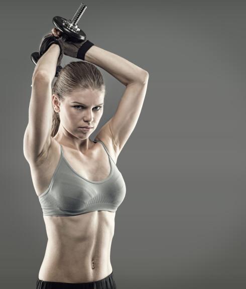 RYGG OG BRYST: Ifølge Helle bør du trene både bryst og rygg dersom du ønsker å forme og løfte puppene dine.  Foto: Stasique - Fotolia