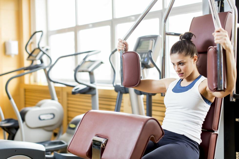 FRIVEKTER ELLER APPARATER: Du kan trene bryst og rygg enten ved bruk av frivekter - eller apparater, som på bildet. Tips til gode øvelser får du nedenfor! Foto: Goran Bogicevic - Fotolia