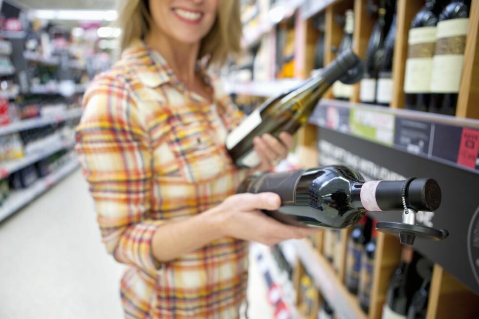 VÆR BEVISST: Det kan være lurt å skrive ned hvilke viner som gir deg hodepine, da vil det bli lettere å kunne se en sammenheng i hva du reagerer på.  Foto: REX/Juice/All Over Press