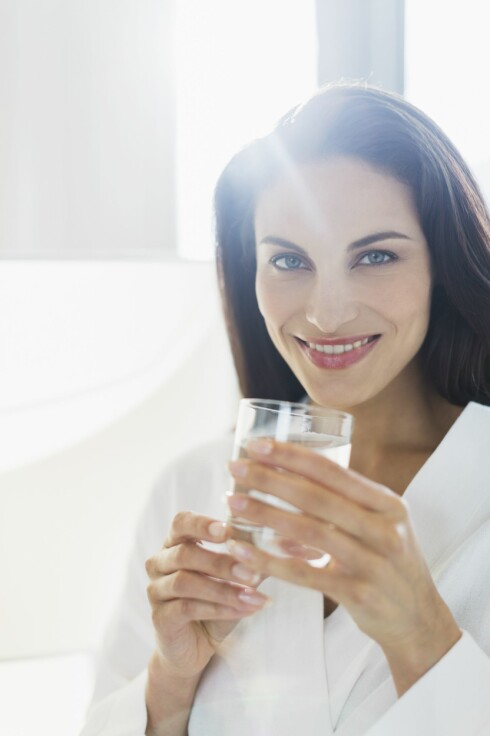 <strong>HUSK VANN:</strong> Alkohol fører til dehydrering, og dehydrering vet man med sikkerhet fører til hodepine. Så husk å drikke vann. Foto: REX/Caiaimage/All Over Press