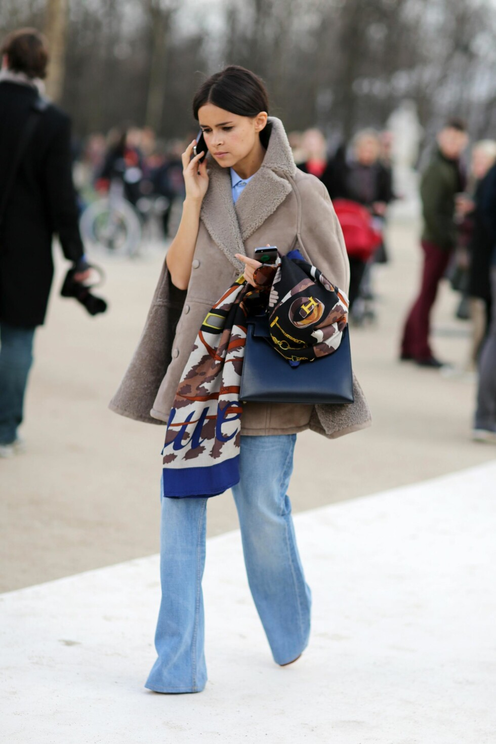 SLENGBUKSEN ER TILBAKE: En lang kardigan eller kåpe over jeansen vil skape en lang og smal silhuett. Foto: All Over Press