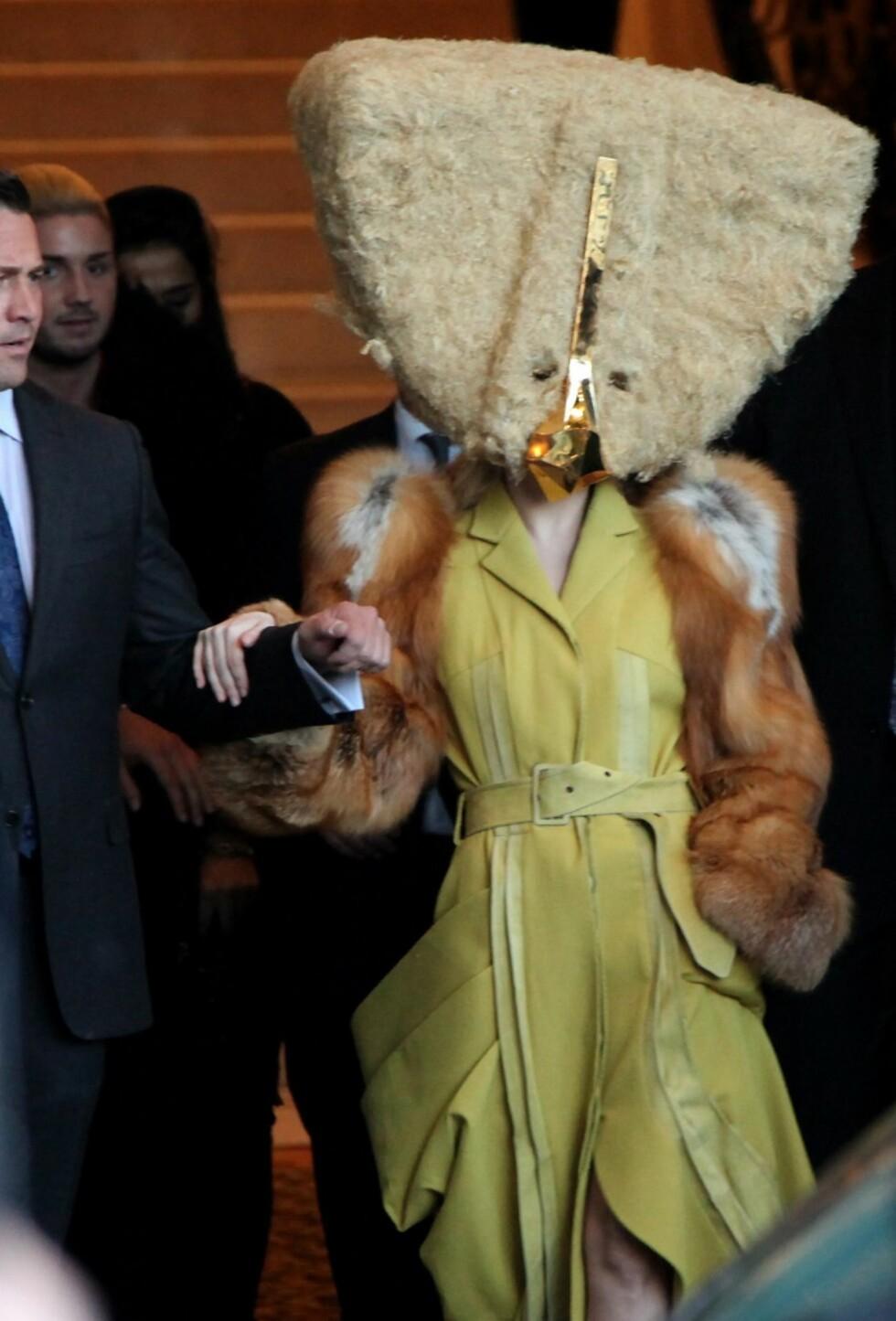 På samme Berlin-besøk viste Gaga seg senere med et noe spesielt hodeplagg.  Foto: All Over