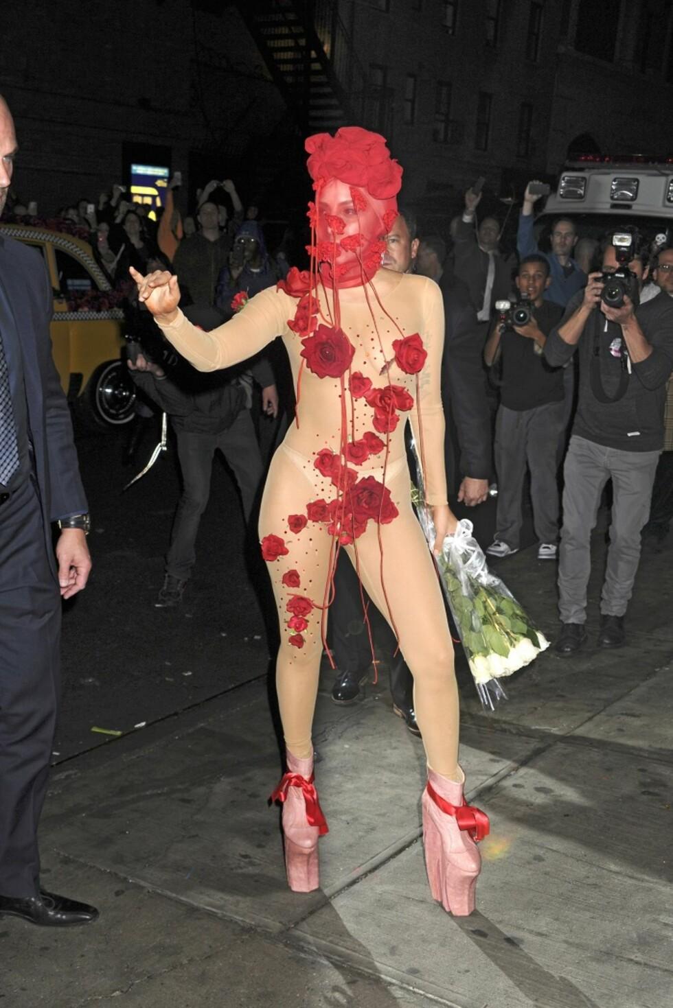 Transparent drakt komplett med påsydde blomster som dekket en smule av kroppen og matchende hodeplagg fikk fotografenes oppmerksomhet i New York i starten av 2014.  Foto: All Over