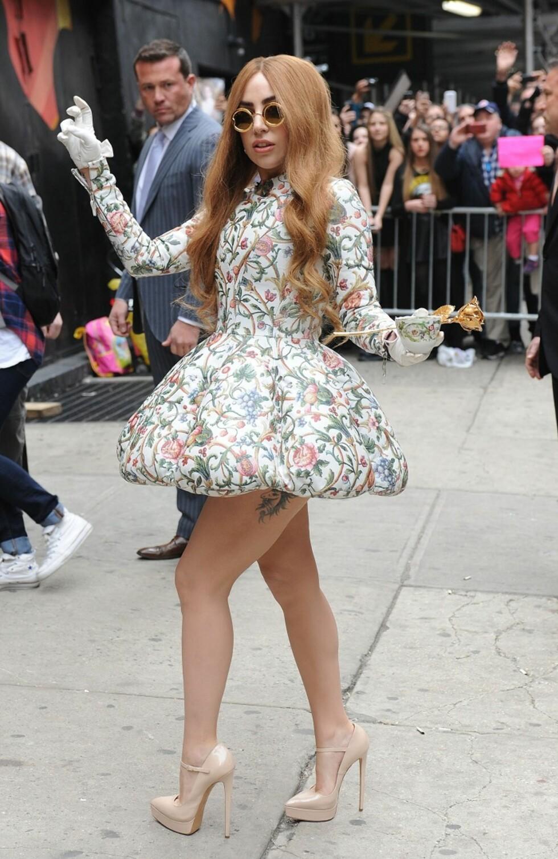 Lady Gaga matchet kjolen med tekoppen i New York våren 2014.   Foto: All Over
