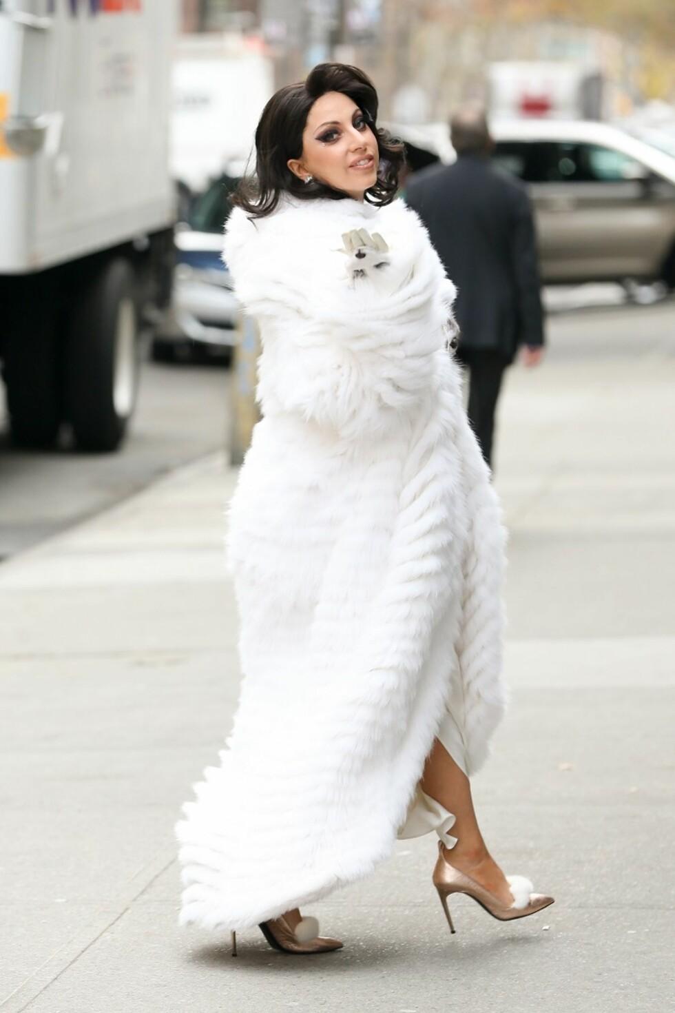 Lady Gaga sendte slengkyss til paparazzien i det hun er på vei til øving med sanglegenden Tony Bennett i New York. Foto: All Over