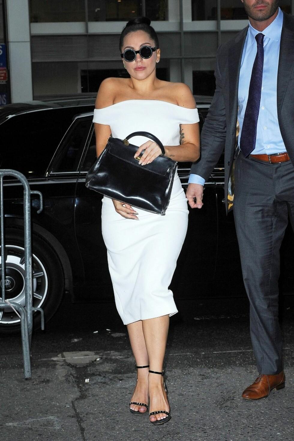 Elegant i svart og hvitt er Gaga på vei inn i hotellet sitt i desember.   Foto: All Over