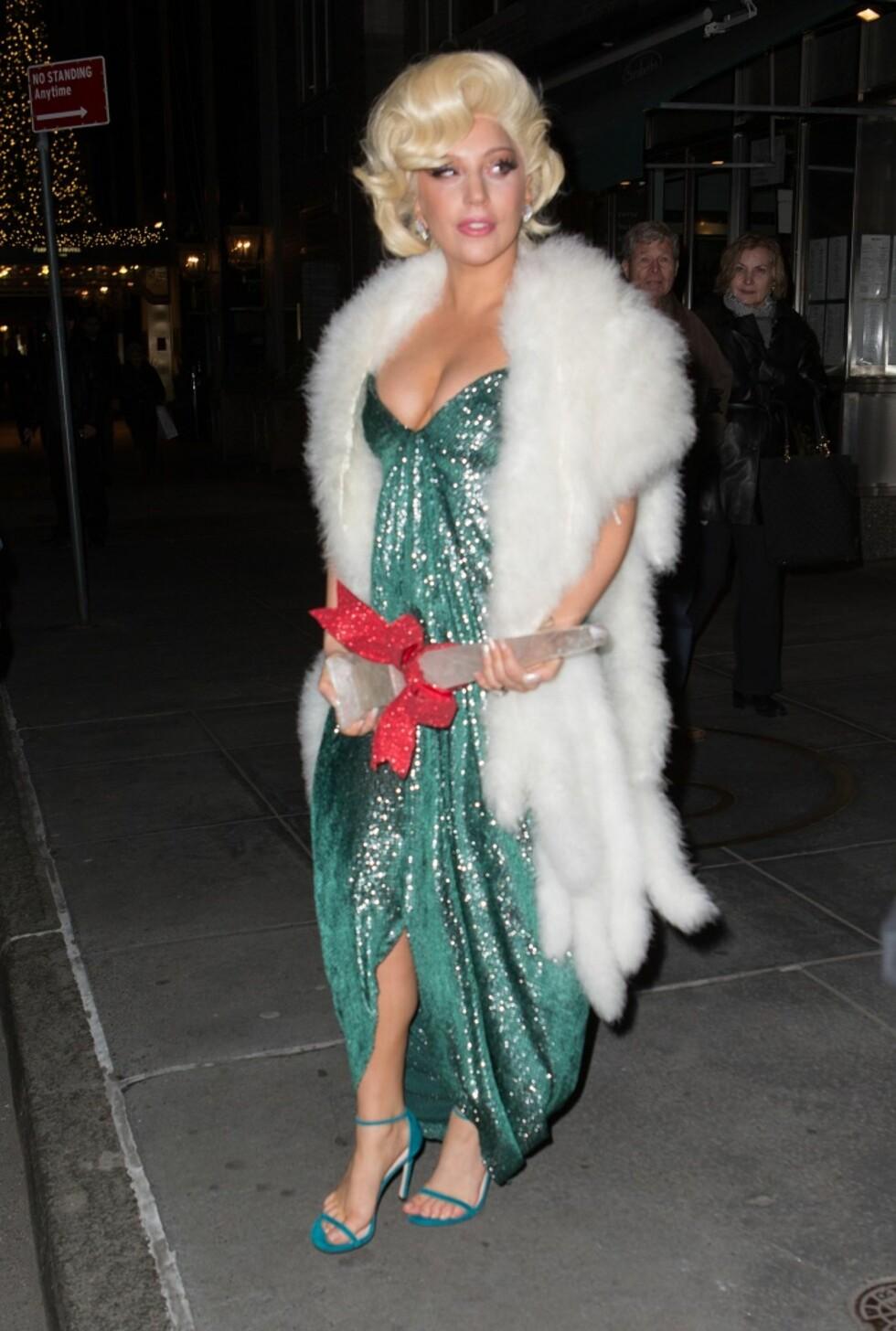 Det var vintage glamour-vibber da Lady Gaga dro på juleselskap i New York.   Foto: All Over
