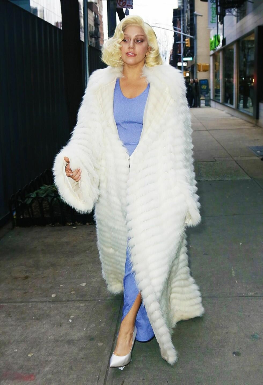 Slik så Lady Gaga ut da hun var ferdig med yoga-timen sin i New York. Det er nok ikke alle som kommer fra trening i et slikt antrekk.  Foto: All Over