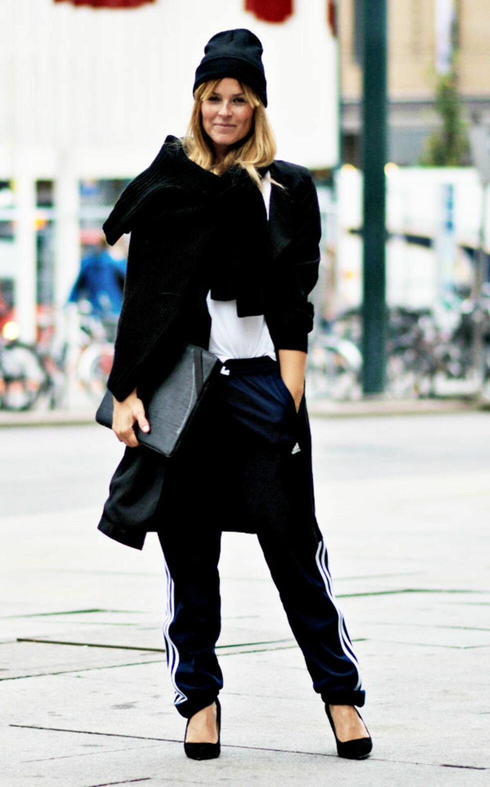 STYLEmag-blogger Janka Polliani kombinerte joggebukser fra Adidas med slanke pumps. Foto: All Over