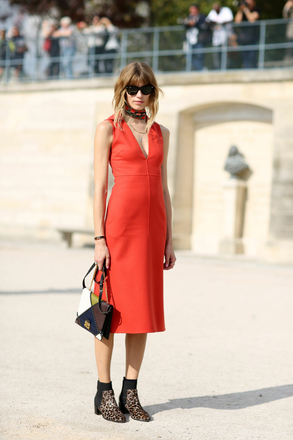 En tidløs, rød kjole blir får en helt ny look med et par rocka boots.  Foto: All Over
