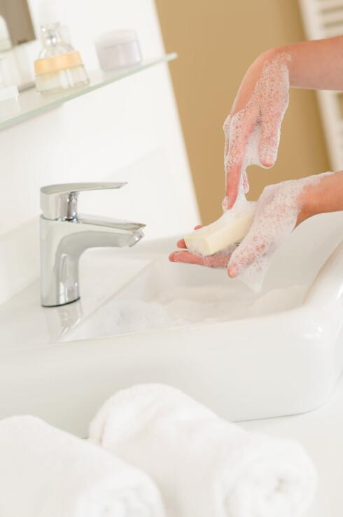 SLIK VASKER DU HENDENE BEST: Mattilsynet har en rekke anbefalinger når det gjelder god håndhygiene:  1) Håndvask skal foretas under tilstrekkelig rennende temperert vann. 2) Hendene skal gnis inn med et godt håndvaskemiddel slik at all synlig forurensning fjernes, både i håndflaten, mellom fingrene og under neglene. Såpen skylles av med rennende vann. 3) Hendene tørkes deretter med engangshåndklær. 4)  Det er viktig å forbinde eller plastre sprekker eller sår i overflaten som kan gi grobunn for bakterievekst.  Foto: Fotolia
