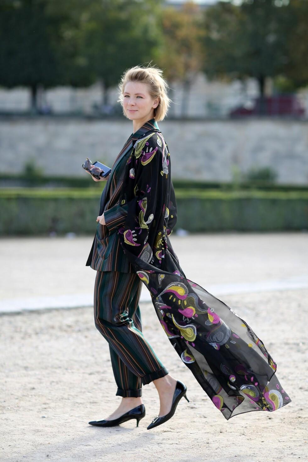 Transparent, fotsid skjorte erstatter kåpen over dressen. Foto: All Over