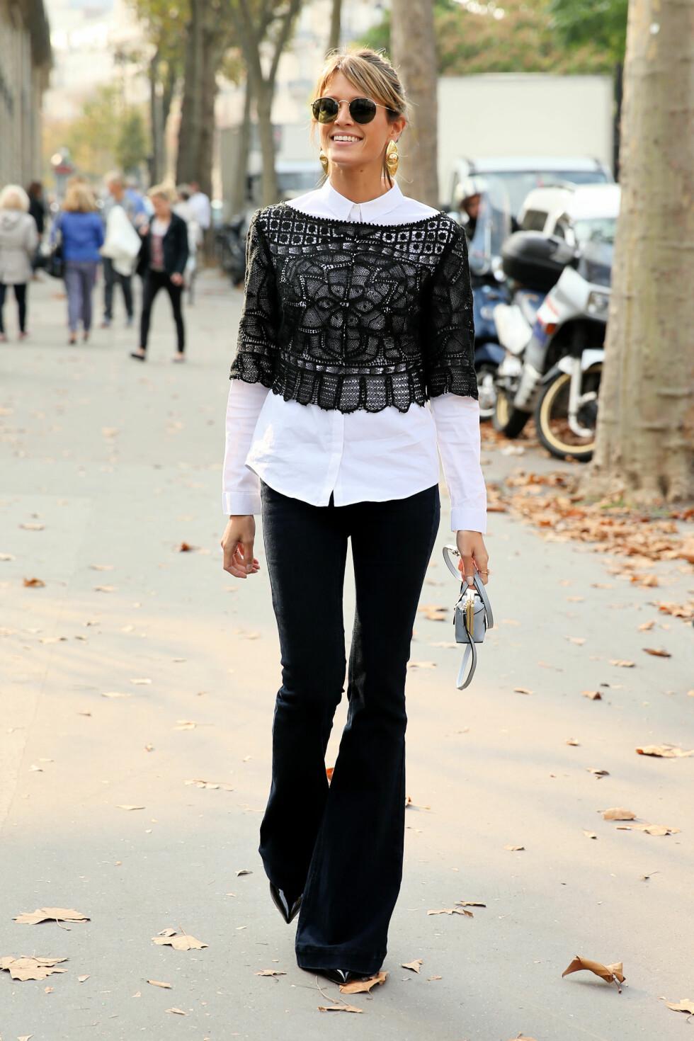 Den hvite skjorten får et helt nytt uttrykk med en blondetopp over. Foto: All Over