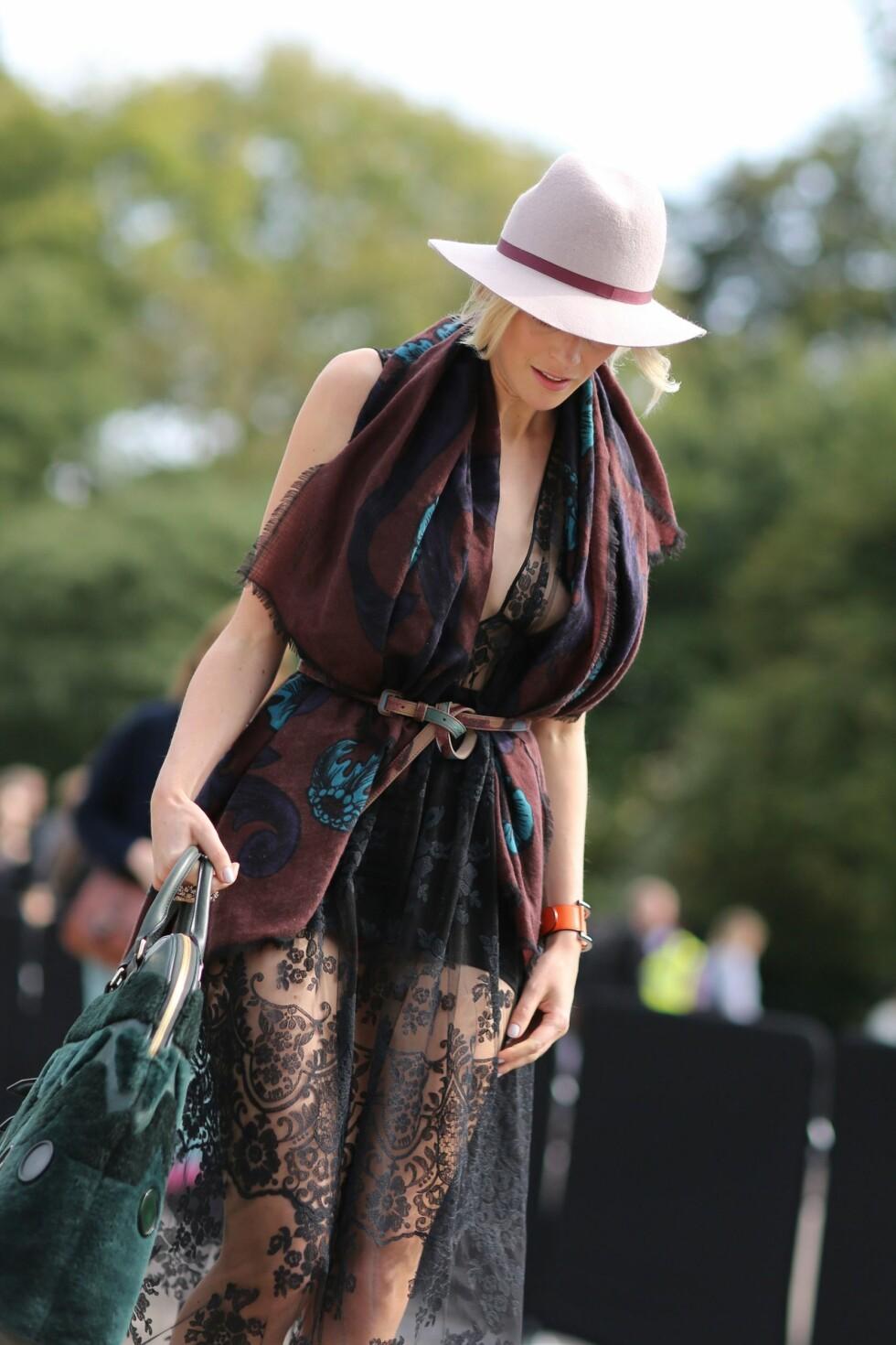 Surr skjerfet rundt blondekjolen og knyt inn livet med et belte. Foto: All Over