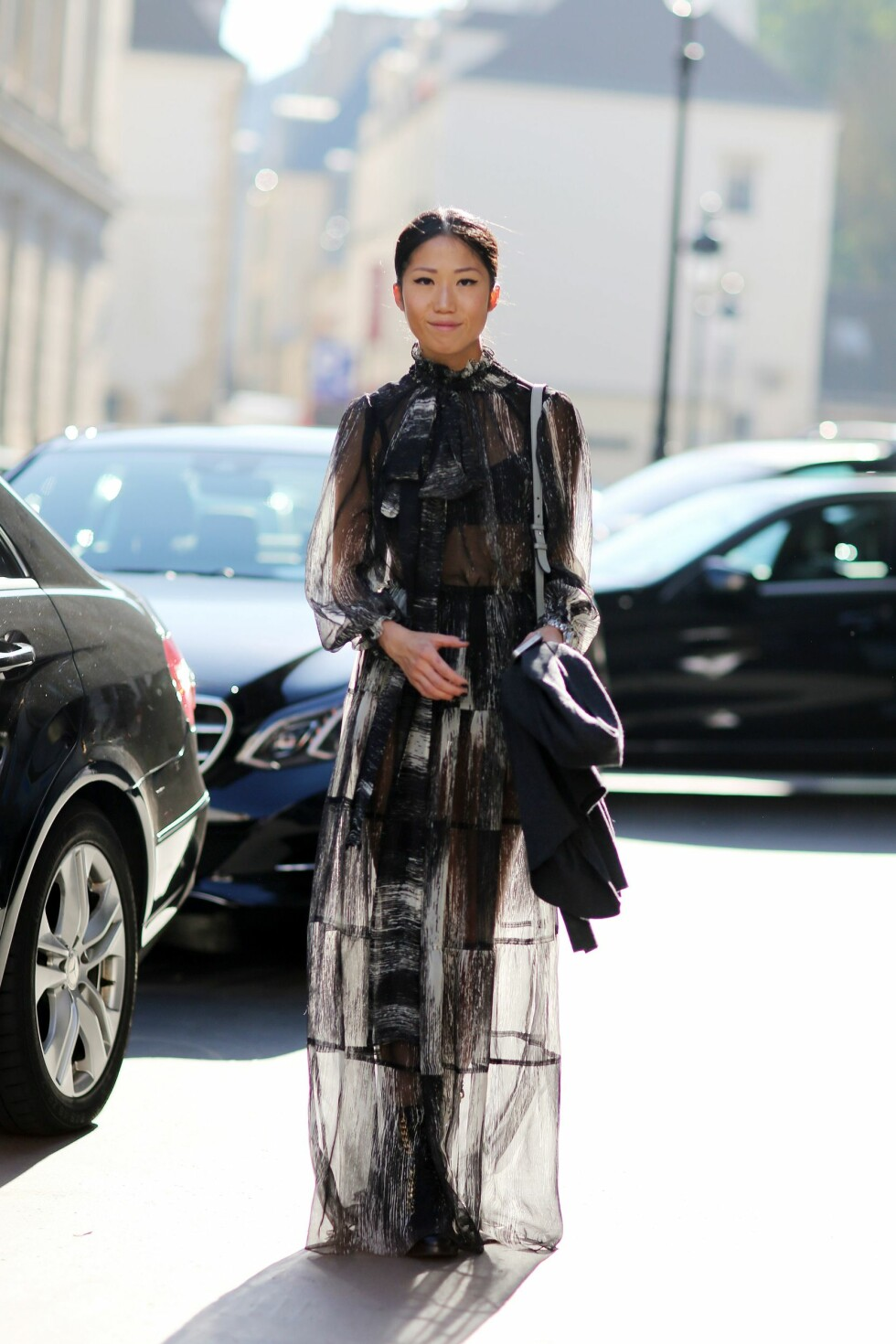 En mønstret, transparent kjole med synlig undertøy under.  Foto: All Over