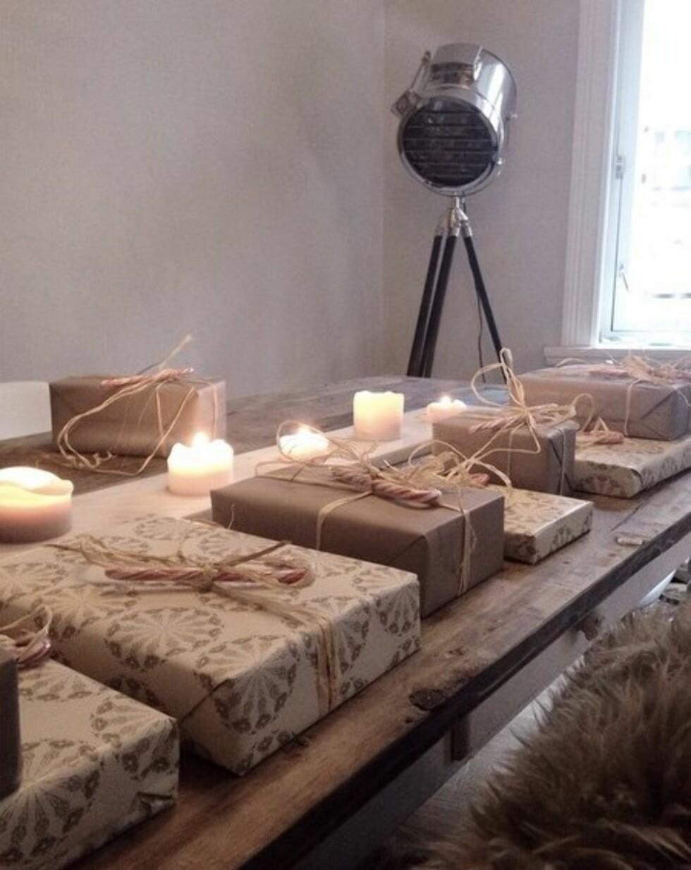 DUSE TONER: Silje Jacobsen liker det enkelt når hun skal pakke inn julegavene sine Foto: Instagram