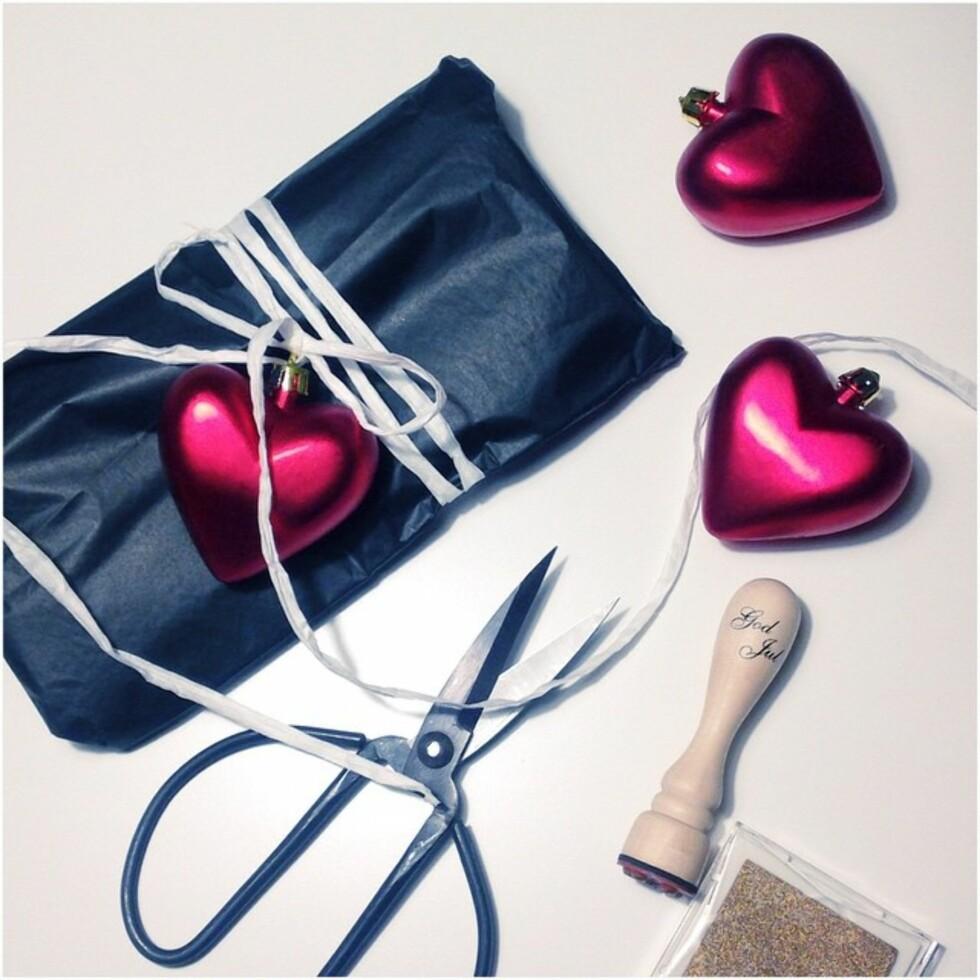FRA PYNT TIL PAKKE: Rita Hoel bruker julepynten sin når hun skal pakke inn gaver.  Foto: Instagram