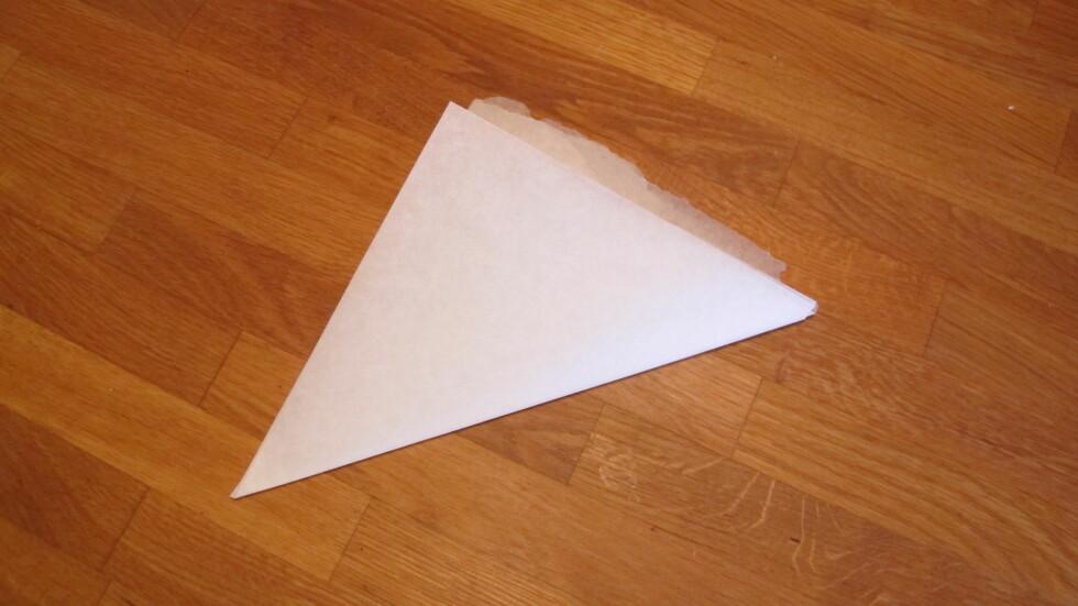 4. Nå bretter du det i en trekant. Foto: Stine Okkelmo