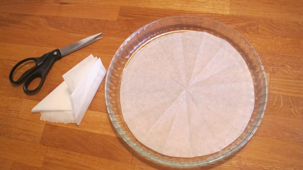 7. Brett ut, og vips, du har et perfekt tilpasset bakepapir å legge i bunnen av formen. Foto: Stine Okkelmo