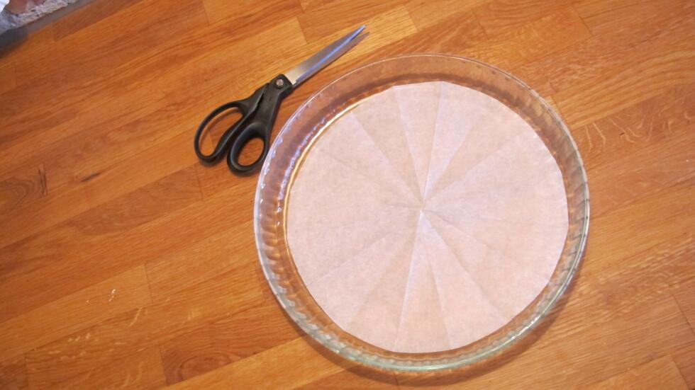 SMART: Superenkelt triks for å klippe til bakepapir til kakeformen. Foto: Stine Okkelmo