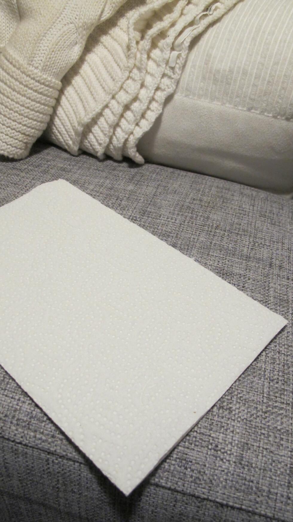 2. Legg kjøkkenpapir, dopapir eller en hvit serviett på flekken. Foto: Stine Okkelmo