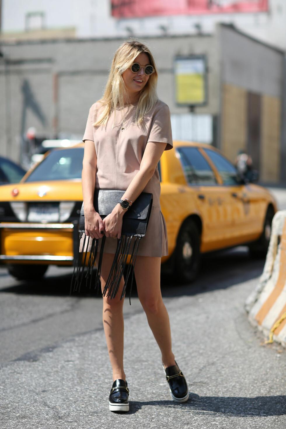 På jakt etter ny kjole? Ta neste års trender på forskudd og gå for en i semsket skinn!  Foto: All Over