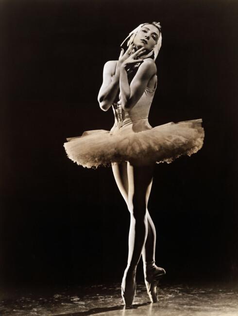 Original caption: Alexandra Daniloza, pima ballerina of the Ballet Russe de Monte Carlo in her creation Swan Lake. *** Local Caption *** 9.PEN3801 Foto: (c) Underwood & Underwood/Corbis