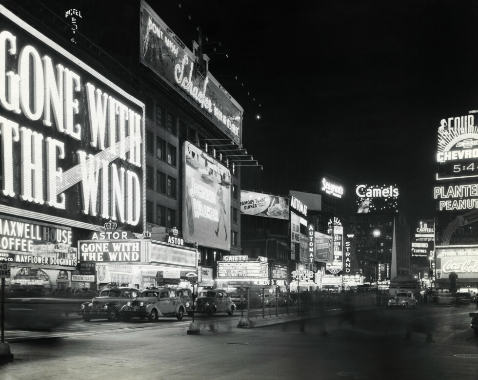 Original caption: New York, NY: A view of signs in Times Square. *** Local Caption *** 9.VV9810 Foto: (c) Underwood & Underwood/Corbis