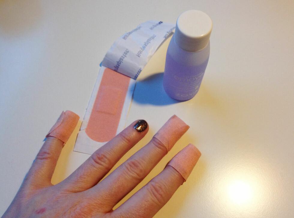 SUPERTRIKS: Et plaster med neglelakkfjerner gjør fjerning av glitterlakk til en smal sak. Endelig noe som virker! Foto: Aina Kristiansen