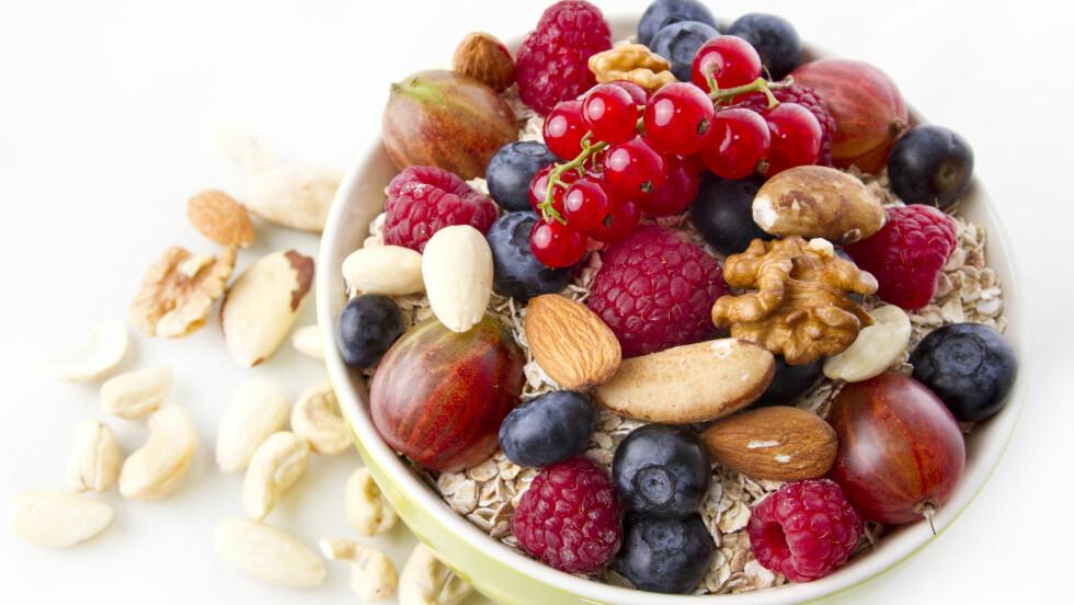 SUPERMAT: Havregryn, valnøtter og blåbær er bare noe av supermaten du bør spise nå.  Foto: Franziska Krause - Fotolia