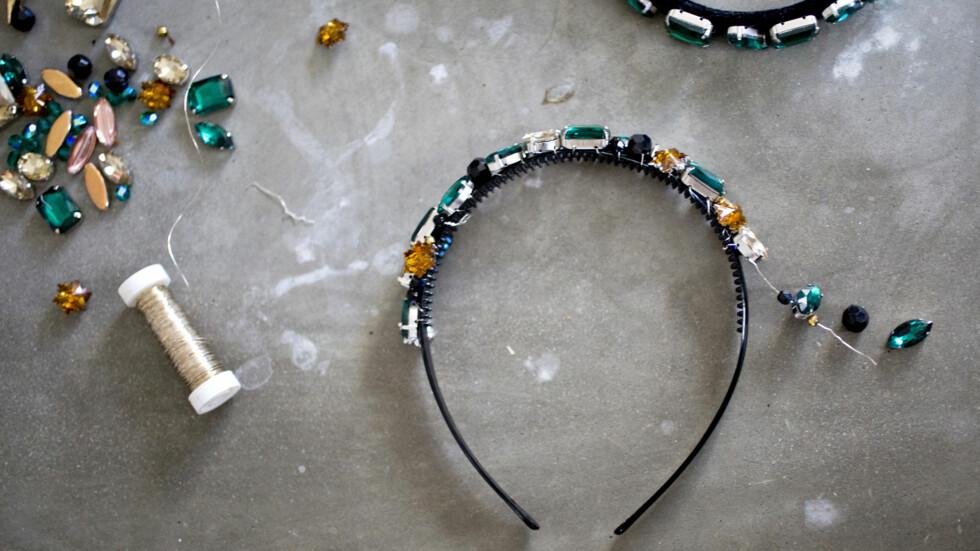 JENNY SKAVLANS HÅRBØYLE: Dette er alt du trenger for å lage Jennys vakre hårsmykke. Foto: Sara Johannessen / KK