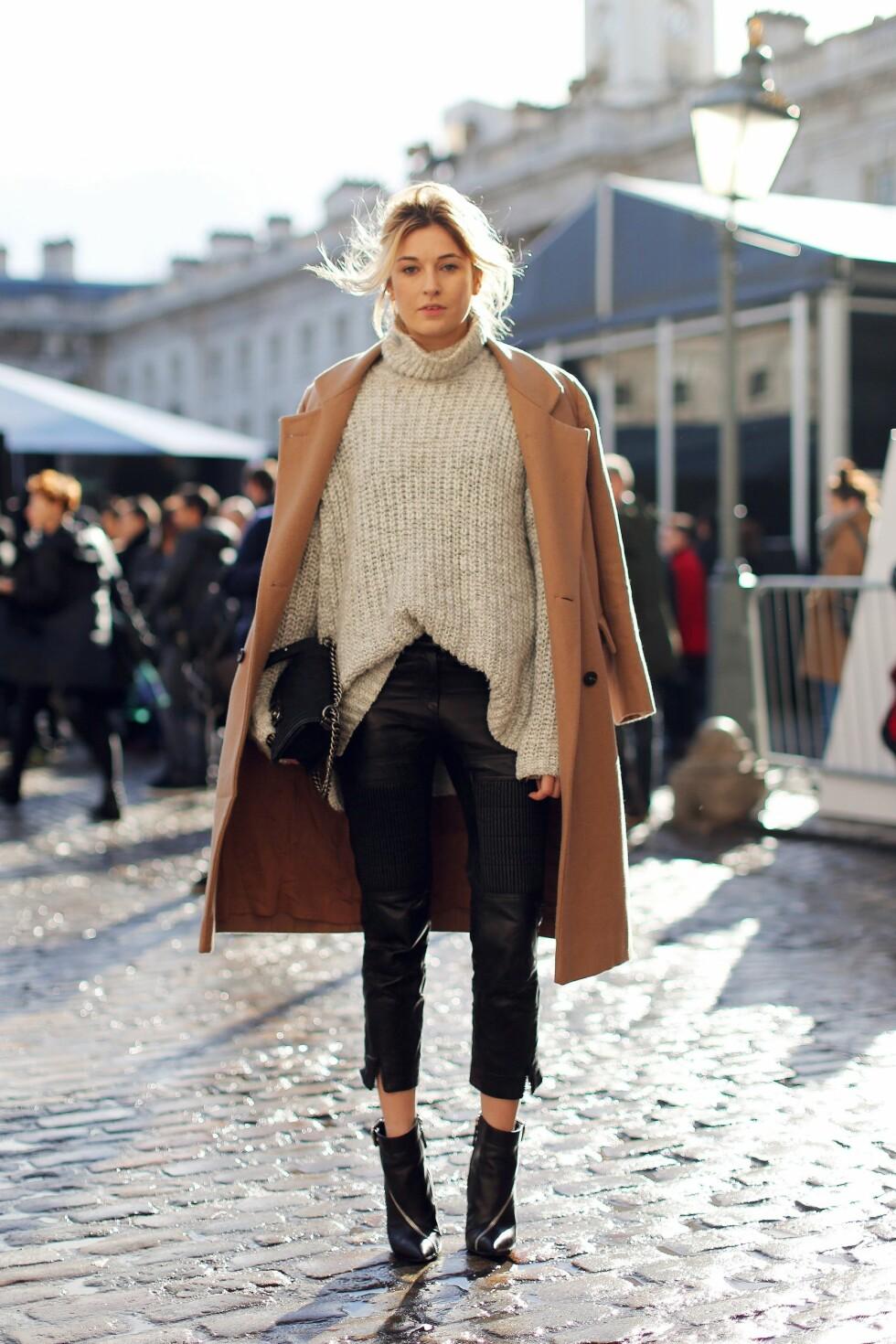 VINTERSTIL: Camille kombinerer strikk, skinn og sesongens populære kamelkåpe for det perfekte vinterantrekket.  Foto: All Over