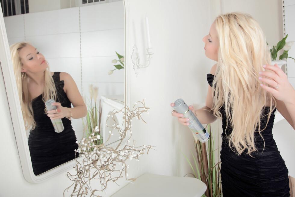 GIR GLANS OG PLEIE: En tørrbalsam kan redde deg fra vinterhårkrisa. Spray den i lengdene for å gjøre håret mykt og glansfullt i en fei. Perfekt for travle morgener.  Foto: gani_dteurope - Fotolia