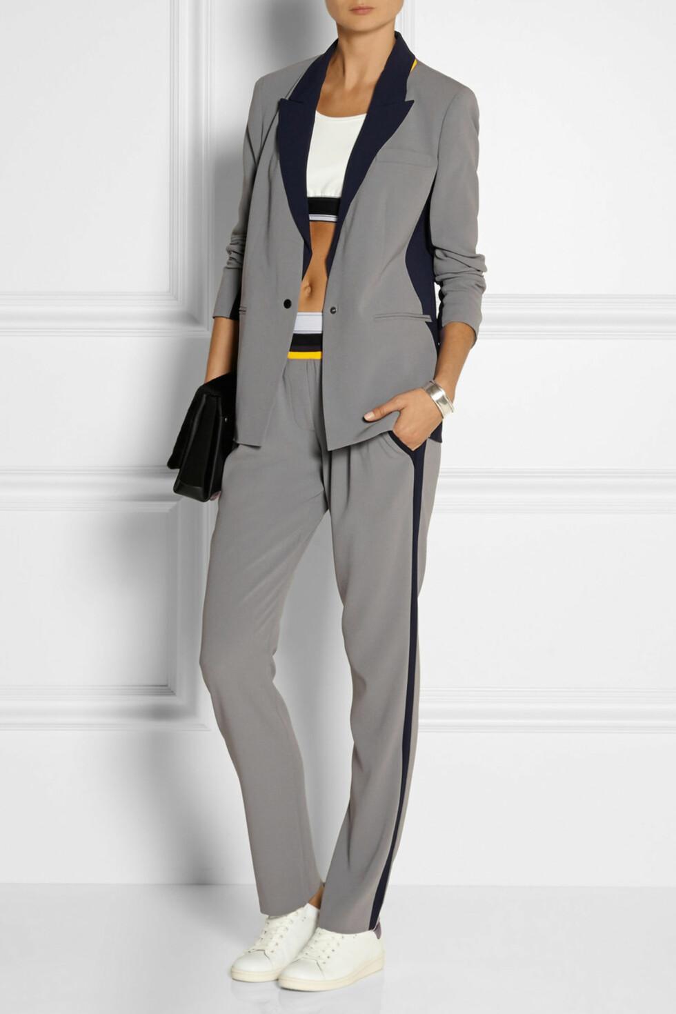 Blazer og bukse fra DKNY + Cara Delevingne via Net-a-porter.com, 2600 kr og 2056 kr. Foto: Net-a-porter.com