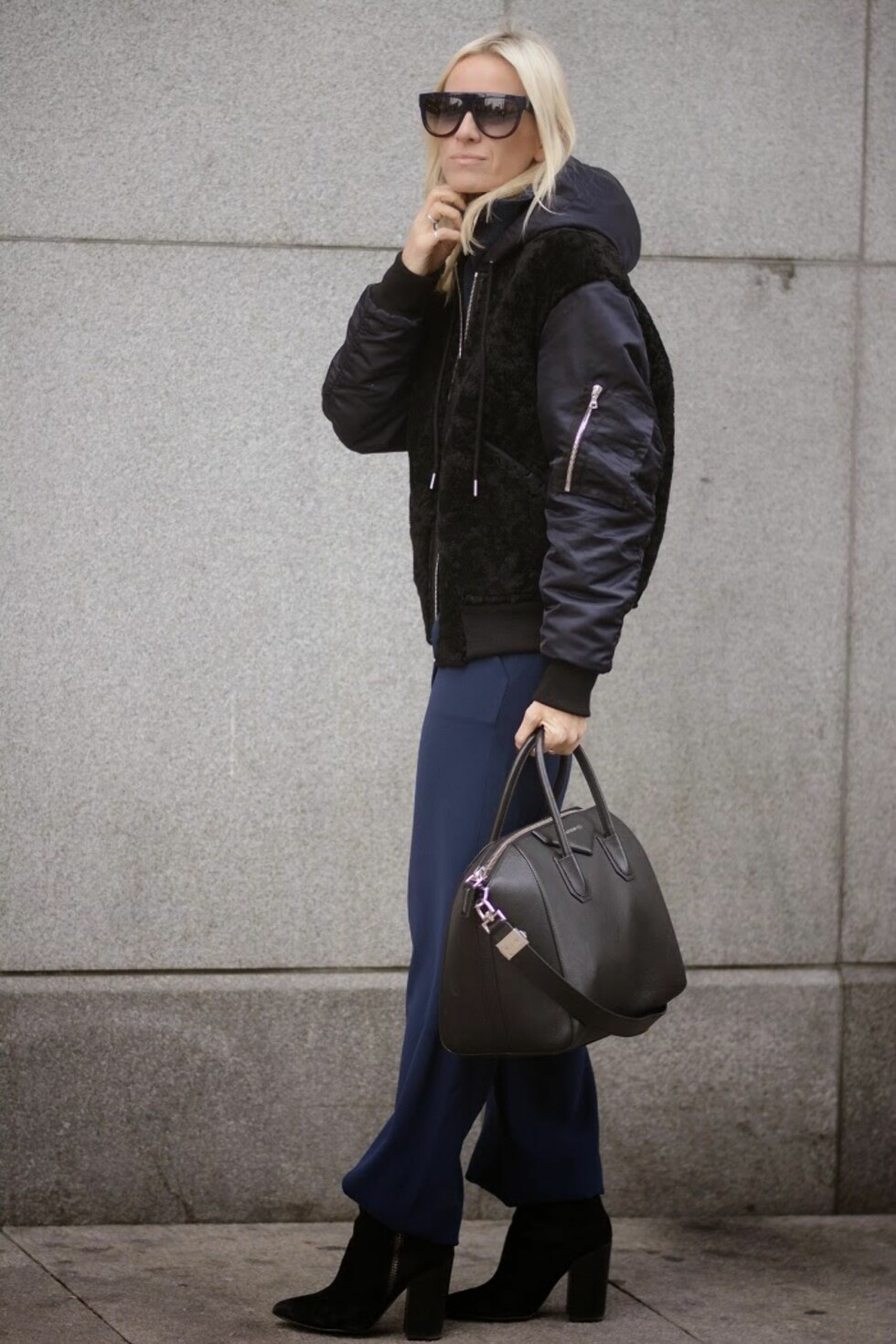 BLÅTT & SVART: Celine kombinerer vinterens trendfarge med den svarte klassikeren.  Foto: Hippiehippiemilkshake.blogspot.no